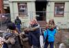 Kinder stehen am 07.02.2014 in Hamburg im Stadtteil Altona vor einem ausgebrannten Mehrfamilienhaus, das als Flüchtlingsunterkunft diente. Eine Mutter und ihre zwei Jungen sind bei einem Brand in dem Haus ums Leben gekommen.