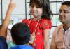 Der Lehrer Timur Kumlu (r) unterrichtet am 30.08.2013 an der Henri-Dunant-Schule in Frankfurt am Main (Hessen) Mädchen und Jungen aus drei ersten Klassen in islamischer Religion.