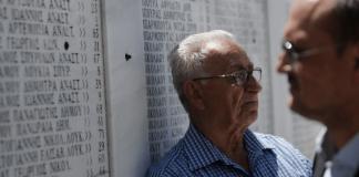 Eine Gedenktafel in Griechenland zum Andenken an die Opfer der NS-Massaker.