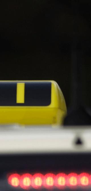 Ein Taxi wartet in Berlin an einer roten Ampel.