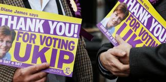 United Kingdom Independence Party (UKIP) - Mitglieder halten Wahlslogans hoch