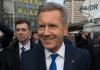 Ex-Bundespräsident Christian Wulff (M.) geht am 27.02.2014 in Hannover (Niedersachsen) zum Landgericht.
