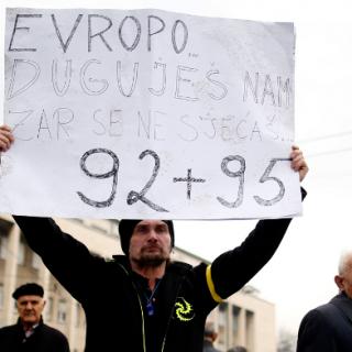 In Sarajewo halten Demonstrante ein Plakat hoch: