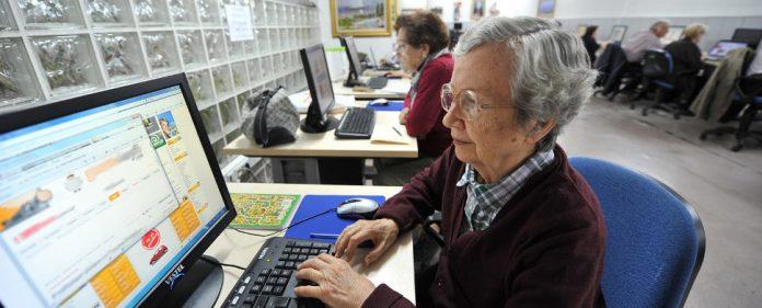Alte Leute vor dem PC, in der Türkei.