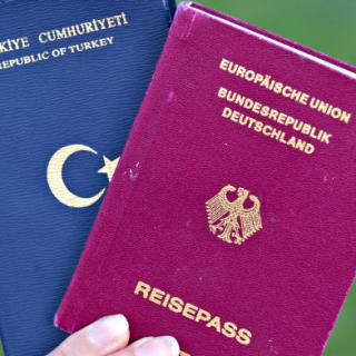 Eine Studentin zeigt am 07.06.2013 in Mannheim (Baden-Württemberg) einen türkischen Pass (l) und einen deutschen Reisepass.