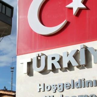 Türkische Fahne mit Willkommens-Schrift