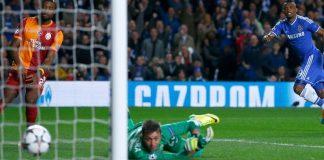 Samuel Etoo erzielt im Champions-League-Achtelfinal-Rückspiel gegen Galatasaray das 1:0 für den FC Chelsea. Gala-Keeper Muslera liegt geschlagen am Boden.