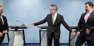 Bundesinnenminister Thomas de Maiziere (CDU, M.), der Vorsitzende der Türkisch-Islamischen Union der Anstalt für Religion, Bekir Alboga (l), und der Vorsitzende des Zentralrates der Muslime in Deutschland, Aiman A. Mazyek (r), verabschieden sich am 24.03.2014 in Berlin nach einer Pressekonferenz.