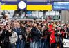 Türkische Bürger erwarten in Hamburg die Ankunft des Zuges, der anlässlich des 50. Jahrestages der Ankunft des ersten türkischen Gastarbeiters aus München einfährt.