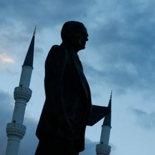 Eine Atatürk-Büste. Im Hintergrund Minaretten und türkische Flaggen.
