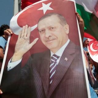 Zu Hause spürt der türkischen Premierminister zunehmend Gegenwind. Doch seine Anhänger bleiben ihm treu, vor allem in der arabischen Welt.
