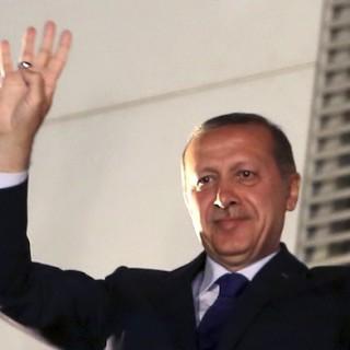 Der türkische Ministerpräsident feiert mit seinen Anhängern seinen achten Wahlsieg in Folge.