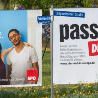 Mit Großplakaten werben am 22.04.2014 die SPD und die Linke in Ilmenau (Thüringen) für die Europawahl.