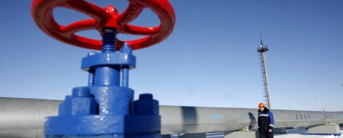 Eine Mann geht am 13.01.2009 an einer Gas-Pipeline im russischen Sudzha vorbei.