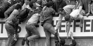 Das Foto vom 15.4.1989 zeigt die Entwicklung zur Katastrophe vor dem englischen FA-Cuphalbfinalspiel zwischen dem FC Liverpool und Nottingham Forest im Hillsborough-Stadion von Sheffield Wednesday - von den überfüllten unteren Traversen versuchen Zuschauer verzweifelt, sich auf den Rang hochzuziehen.