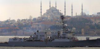Moskau argwöhnt, die Türkei dulde Kriegsschiffe der US-Marine länger im Schwarzen Meer als nach dem Vertrag von Montreux zulässig. Ankara dementiert.