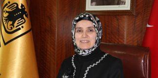 Die Universitätsrektorin Prof. Dr. Ayşegül Jale Saraç hat sich als erste Rektorin der Türkei dafür entschieden ein Kopftuch zu tragen.