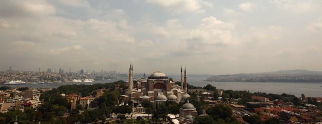 Die prächtige Hagia Sophia dominiert das Stadtbild rund um das Goldene Horn. Erbaut als Kirche, nach der Eroberung durch die Osmanen zu einer Moschee umgewandelt, dient das historische Gebäude heute als Museum.