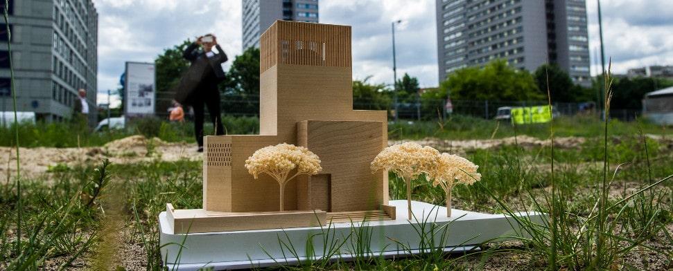 Ein Model des Bet- und Lehrhauses, das «House of One», steht am 03.06.2014 in Berlin auf dem Petriplatz. Dort soll ab 2015 ein Sakralbau errichtet werden, in dem sich eine Synagoge, eine Kirche und eine Moschee befinden. Ein gemeinsamer zentraler Raum der Begegnung soll zur Diskussion und zum Kennenlernen einladen. Mit dem Verkauf von Ziegelsteinen im Wert von zehn Euro werden Spenden gesammelt.