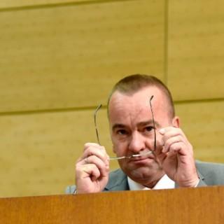 Der niedersächsische Innenminister Boris Pistorius (SPD) sitzt am 24.07.2014 im Landtag in Hannover (Niedersachsen).