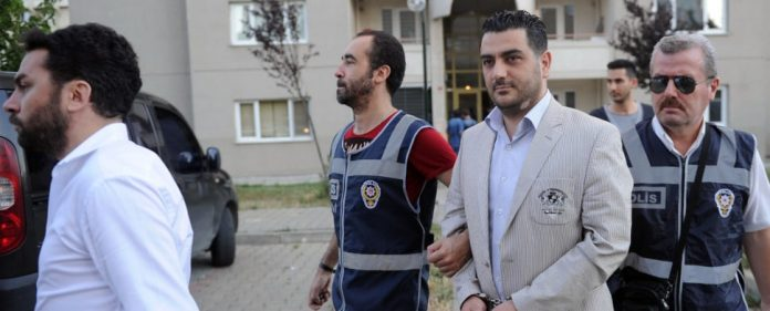 Ein türkischer Polizist wird während der Verhaftungswelle am 22.07.2014 abgeführt.