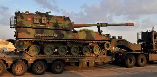 Ein LKW transportiert einen Panzer der türkischen Streitkräfte.