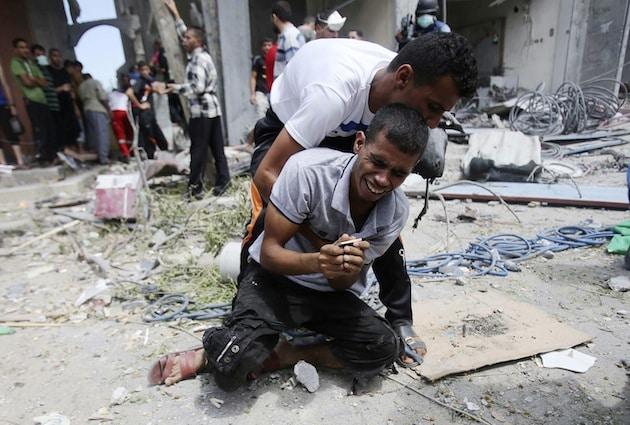 Ein junger palästinensischer Mann bricht zusammen, als die Leiche seiner Mutter aus den Trümmern ihres Wohnhaus in Rafah geborgen wird. Darf man als Deutscher kein Mitgefühl mit den Palästinensern haben, auf deren Rücken unsere historische Verantwortung abgeladen wurde?