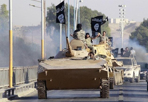 Der IS-Kommandeur berichtete, mittlerweile sei man auf die Türkei nicht mehr angewiesen, da man im Irak stark genug geworden sei, um selbst an Waffen zu gelangen. Auf dem Foto sieht man IS-Kämpfer, die von der irakischen Armee erbeutete Fahrzeuge in der syrischen Stadt al-Raqqa vorführen. (rtr)