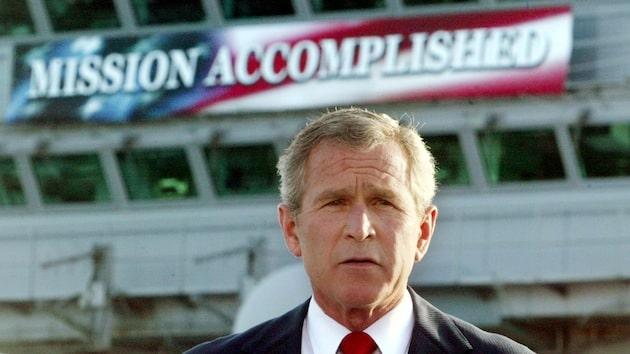 Der damalige US-Präsident George W. Bush erklärt den Kampfeinsatz im Irak für beendet. Zu früh, wie sich bald herausstellen sollte. (rtr)
