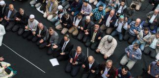Am Freitag haben Zehntausende Muslime mit einer bundesweiten Aktion ein klares Zeichen gegen Judenhass und IS-Terror gesetzt. Unterstützt von Persönlichkeiten aus Politik und Gesellschaft, solidarisierten sie sich mit allen Opfern des IS-Terrors.
