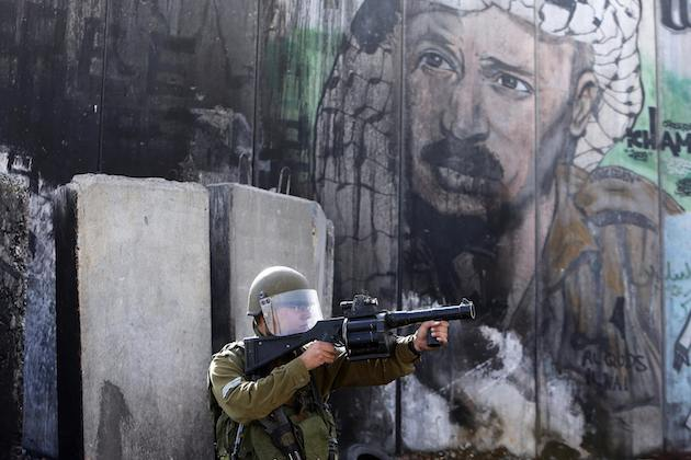 Die Türkei hat Israel nach einem umstrittenen Polizeieinsatz am Mittwoch und Donnerstag an der al-Aqsa-Moschee in Jerusalem heftig kritisiert. An jenen Tagen war es zu weiteren Eskalationen der ohnehin angespannten Lage in der Region gekommen, nachdem eine Gruppe israelischer Extremisten geschützt von rund 300 israelischen Sicherheitskräften den Tempelberg stürmen wollte. (rtr)