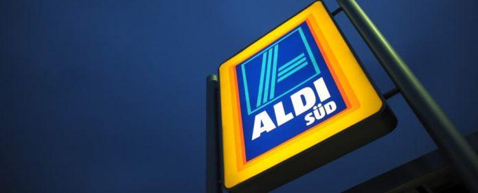 Ein Firmenschild steht am 30.01.2012 in Köln vor einer Aldi-Filiale. Die Billiganbieter haben im vergangenen Jahr gegenüber klassischen Supermärken an Boden verloren. Dabei waren sie so aggressiv wie lange nicht mehr. Ein Grund dafür könnte ausgerechnet der Erfolg von Aldi und Lidl im Ausland sein.