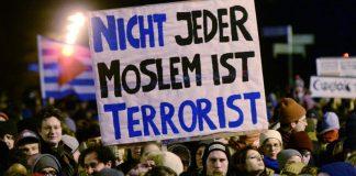 Teilnehmer einer Demonstration gegen die islamkritische Legida-Bewegung halten am 12.01.2015 in Leipzig (Sachsen) Transparente in die Höhe. Die Legida hat zur selben Zeit zu einer Demonstration in Leipzig aufgerufen.