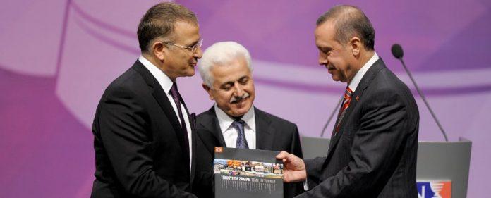 Recep Tayyip Erdoğan bekommt von Ekrem Dumanlı einen Preis überreicht. Die zunehmende Medienzensur in der Türkei findet in der türkischen Bevölkerung offenbar starke Zustimmung.