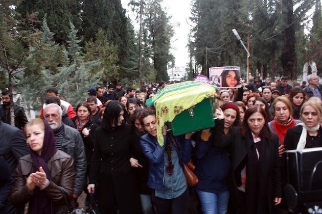 Eine Frau hält das Bild der ermordeten Studentin Özgecan Aslan.