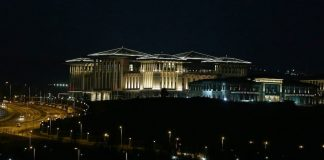 """Gläser für 1.000 TL, Tee für 4.000 TL das Kilo und eine Küche für 6,5 Millionen TL. Das sind die Verhältnisse im türkischen Präsidentenpalast """"Ak Saray""""."""