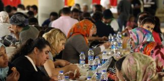 Laut einer Studie haben Jugendliche eher Kontakt zu Muslimen als Ältere.