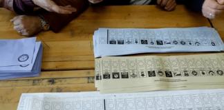 Wahlzettel, Stimmzettel auf dem Tisch