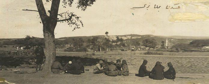 Soldaten sitzen und Essen Weizensuppe und Brot