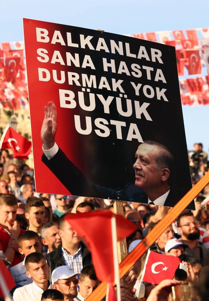 Der türkische Präsident Recep Tayyip Erdoğan war am Mittwoch zu Besuch in Tirana. Die Menge feierte ihn wie einen Popstar.