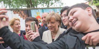 Bundeskanzlerin Angela Merkel besucht Berliner Schule.
