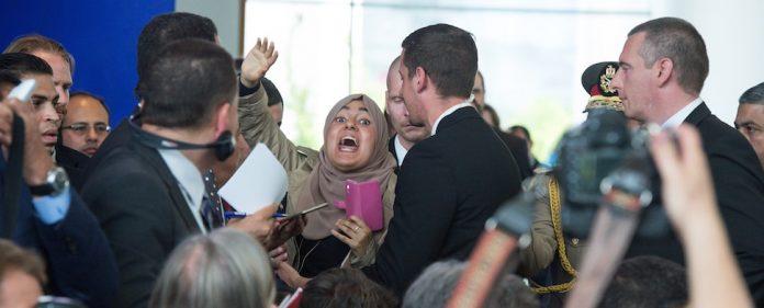 Eklat bei Pressekonferenz in Berlin. Ägyptische Journalistin beschimpft Al-Sisi als Mörder.