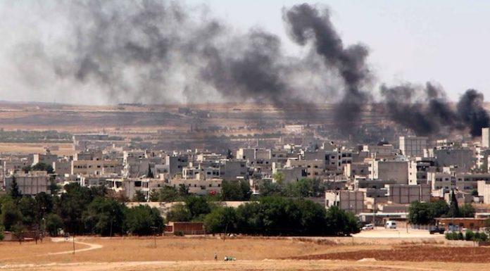 Kämpfer der Terrormiliz Islamischer Staat (IS) sind bei einem Überraschungsangriff erneut in die nordsyrische Stadt Kobane eingefallen. Unklarheit besteht bislang darüber, wie genau sie in die von Kurden gehaltene Stadt eindringen konnten.