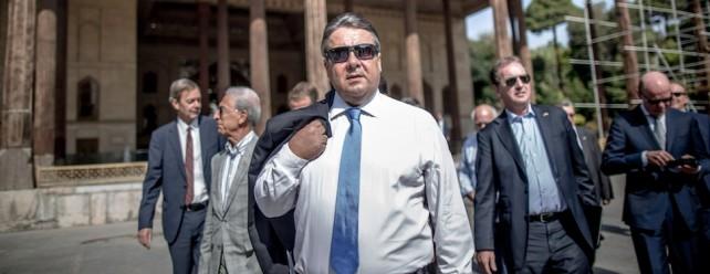 Bundeswirtschaftsminister Sigmar Gabriel (SPD) besichtigt am 21.07.2015 den Tschehel Sotun Palast in Isfahan im Iran. Eine Sonnenbrille tragend, läuft er vor seinem Berater-Stab.
