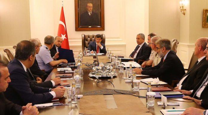 Wichtige Entscheidungsträger aus Politik und Militär sitzen in Ankara zusammen, Ministerpräsident Davutoglu sitzt am Kopfende des Tisches.