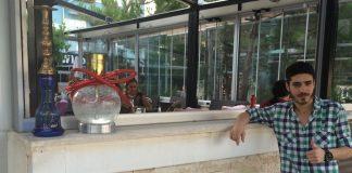 Der gebürtige Stuttgarter Uğur Parmak hat die Nase voll von der Schichtarbeit und wandert in die Türkei aus. Er ist erfolgreich, verdient mit seinem berühmten Café viel Geld. Deutschland vermisst er jetzt trotzdem.