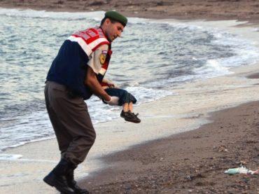 Das Foto von der Kinderleiche am Strand