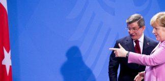 Bundeskanzlerin Angela Merkel (CDU) und der Ministerpräsident der Türkei, Ahmet Davutoglu, verlassen am 22.01.2016 im Bundeskanzleramt in Berlin die Pressekonferenz. Bei den Gesprächen der ersten deutsch-türkischen Regierungskonsultationen stehen die Terrorbekämpfung und die Flüchtlingspolitik im Vordergrund.