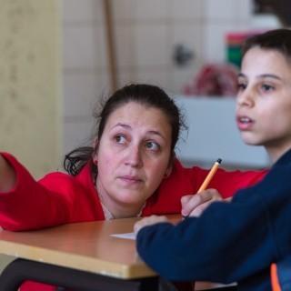 Lehrerin Anja Gesthüsen spricht am 09.03.2016 während des Unterrichts im Elly-Heuss-Knapp-Gymnasium in Duisburg (Nordrhein-Westfalen) mit dem zwölfjährigen Flüchtlingsjungen Rumen. An dem Gymnasium werden Flüchtlingskinder im Rahmen eines Pilotprojekts in Internationalen Klassen (IK) unterrichtet mit dem Ziel, sie ins deutsche Bildungssystem zu integrieren. Foto: Monika Skolimowska/dpa (zu dpa/lnw