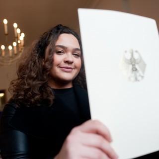 Melisa mit ihrer Einbürgerungsurkunde